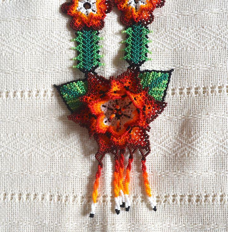 Collar artesanal con material en chaquira, figura de flor en color naranja y verde, realizado por Artesanos Mexicanos de la región de los Huicholes. $ 58 USD. *** Necklace with handmade beads material, flower figure in orange and green, made by Mexican artisans from the region of the Huichol . $ 58 USD.