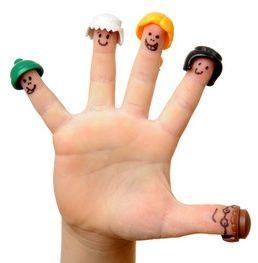 Kinder-Finger mit aufgemalten Gesichtern und Hüten