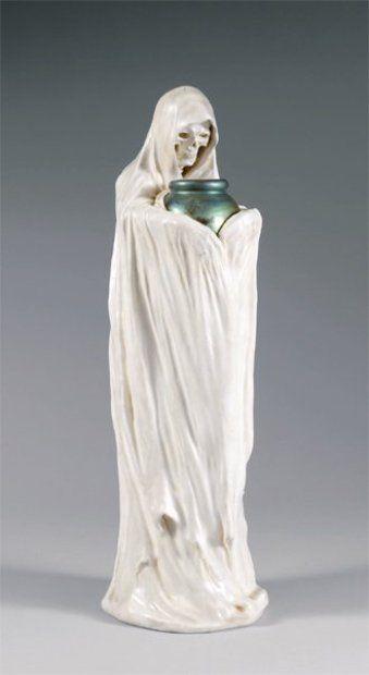 ZSOLNAY - Grès porcelaineux, début du XXe siècle -  STATUETTE représentant une allégorie de la Mort
