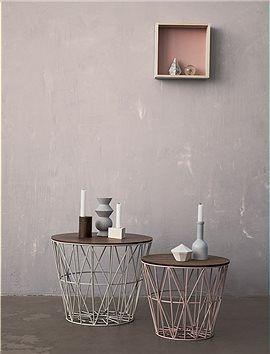 Der Metallkorb als Beistelltisch mit einem Deckel aus Holz. Wir bieten ihnen den Beistelltisch in zwei Größen und Farben an, Korb und Deckel...