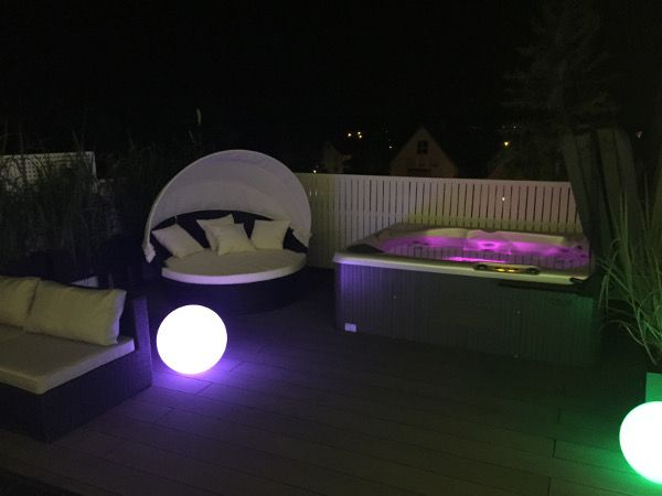 Amazing Whirlpool Modell AUSSTATTUNG Whirlpool inkl Farbenspiel Der Pool steht auf einer Dachterrasse
