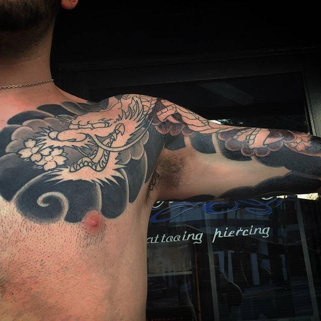 【facundet】さんのInstagramをピンしています。 《Otra vista del brazo de Javi....el fondo ya esta listo, vamos por el draco! #ryu #dragon #tattoos #japanese #japanesetattoo #irezumi ##cherryblossoms Para arrancar tu tattoo metele fono al 4756-0742 fb: Facundo Pastorino》