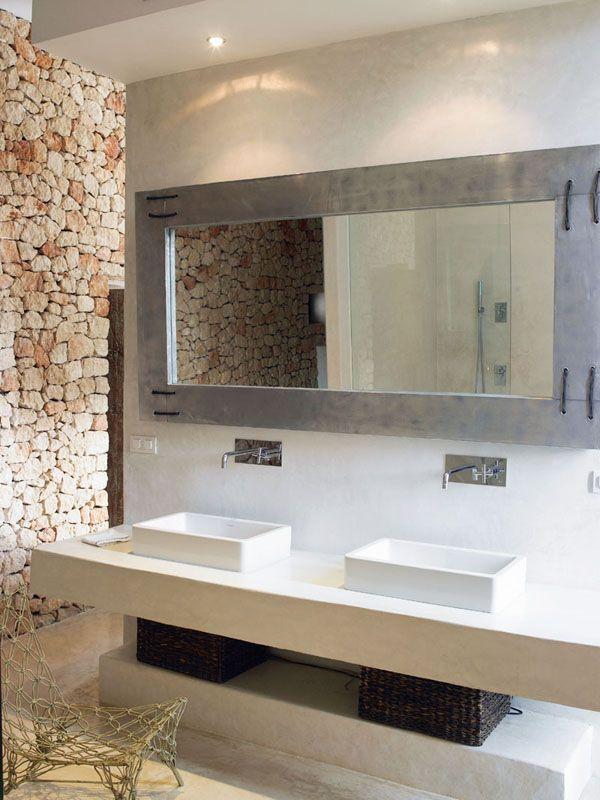 Baños De Microcemento: sobre mueble de obra acabado microcemento, zona de ducha elevada More