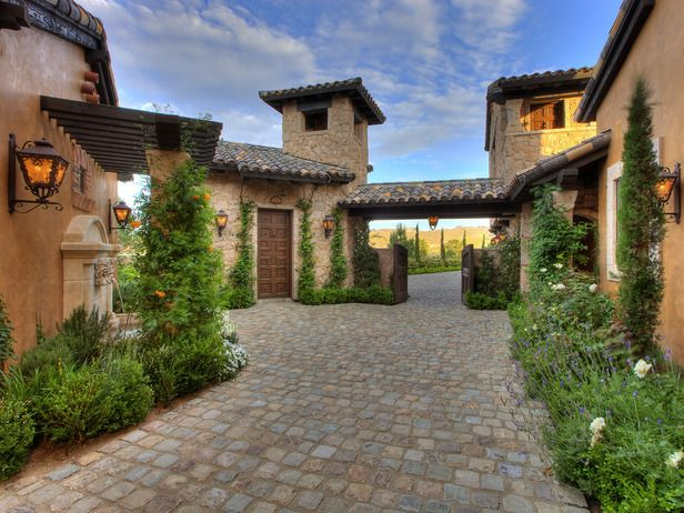beautiful courtyard >> So wonderful! Would love a giant Spanish fountain right in the middle!
