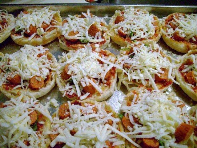 Мясная мини-пицца http://feedproxy.google.com/~r/anymenu/hMaC/~3/4WZ0ei-Mhh8/  Мясная мини-пицца придется по вкусу всем любителям пиццы. Особенно понравится это блюдо детям. Готовится просто, получается очень вкусно! Итак, приступим.