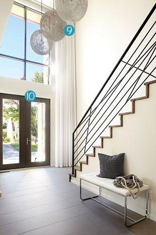 26 secrets pour une entrée invitante! | CHEZ SOI © TVA Publications | Photo: Yves Lefebvre #deco #entrees #escalier #vitre #hauteur