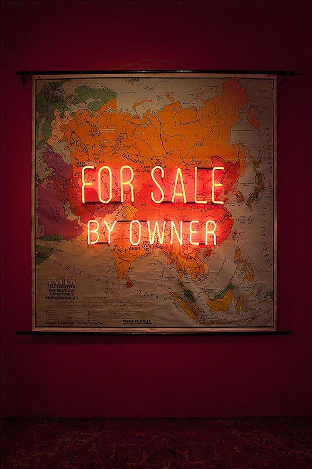 INSTALLATION : Basée à Berlin, Olivia Steele est une artiste qui utilise la lumière et les néons pour ajouter du sens et de l'ironie à un endroit. Elle imagine ainsi des phrases spirituelles à interpréter selon notre humeur, en travaillant énormément sur la typographie et le style de ses lettres. LUV !!