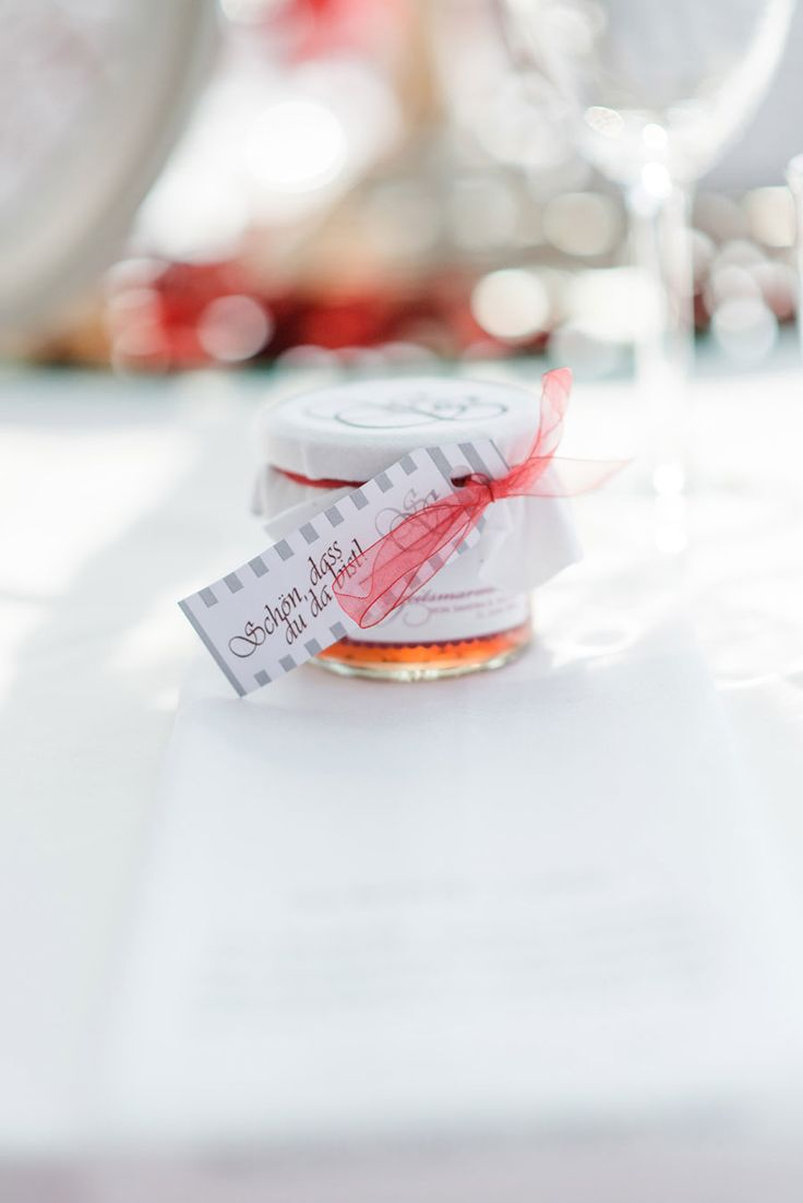 Selbst gemachte Marmelade als Gastgeschenk zur Hochzeit. Foto: http://weddings.lauramoellemann.de