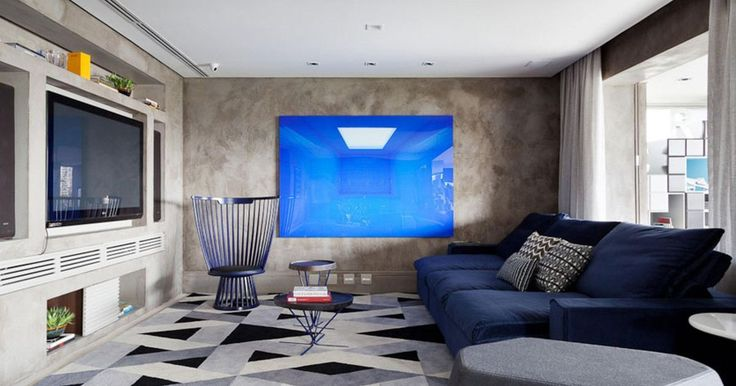 Sala de TV com banco criativo e sofá azul marinho