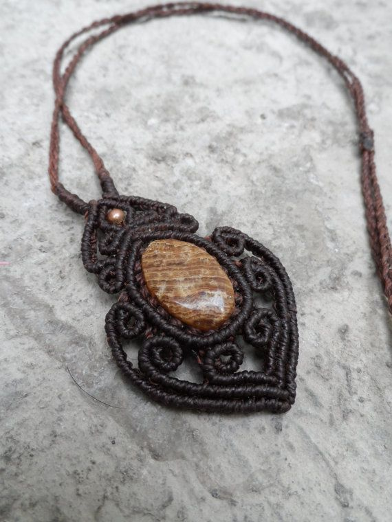 Bois fossile / bois pétrifié Macrame pendentif par LaQuetzal