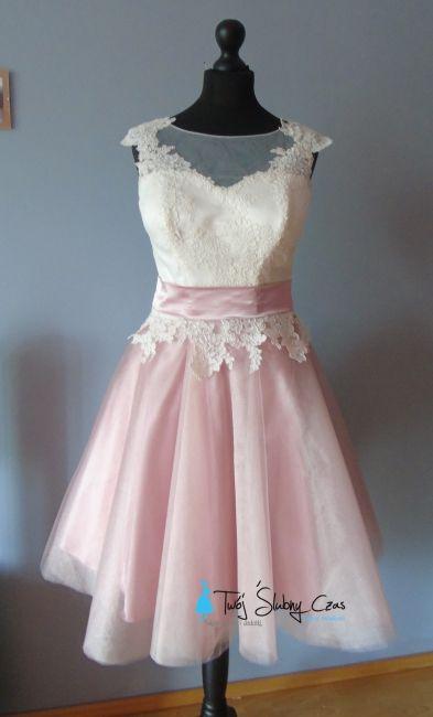 Mooie korte trouwjurk met kant. Verkrijgbaar in drie kleuren: oud rosé, munt en perzik. Bovenkant van de trouwjurk heeft een hartvormig decolleté en tule rok. -