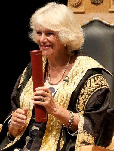 La duchesse de Cornouailles semble heureux comme elle présente degrés lors d'une cérémonie de remise des diplômes à l'historique Elphinstone Hall à l'Université d'Aberdeen.