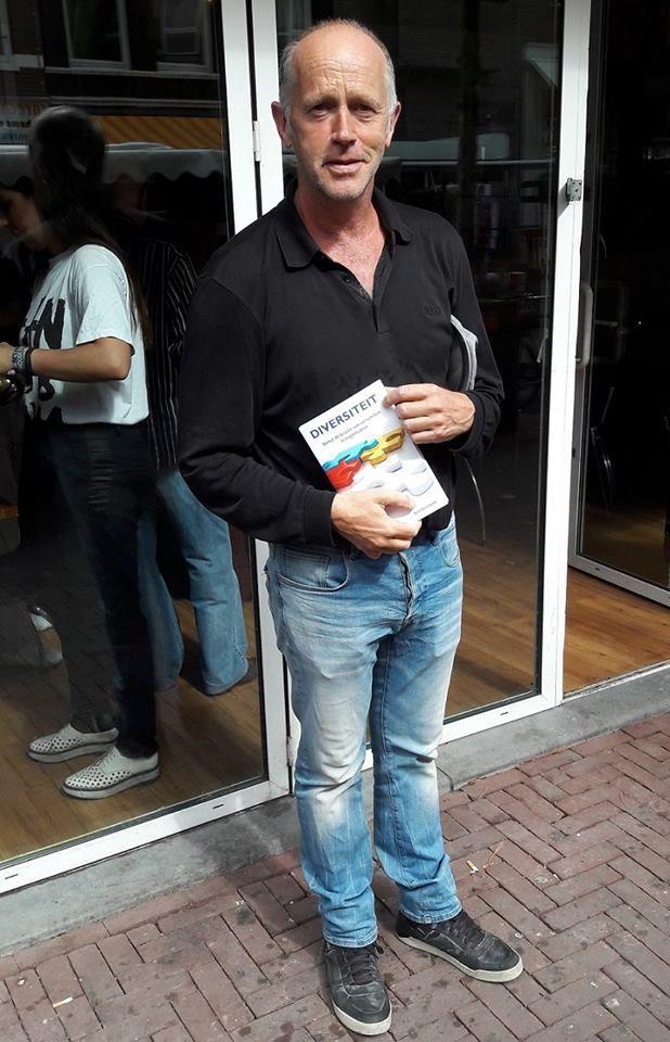 Auteur Bert Overbeek trots met zijn nieuwe boek 'Diversiteit' na afloop van zijn boekpresentatie in de Tropische Markt Surima in Amsterdam. Gefeliciteerd met dit mooie resultaat Bert! #diversiteit #bertoverbeek #futurouitgevers