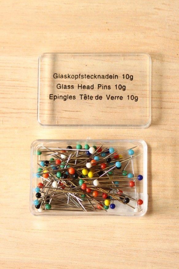 チェコの手芸屋さんで売っているまち針。ヘッド部分に素朴なガラス玉がついています。お針子に刺して眺めたり、ちくちくハンドメイドタイムのお気に入りアイテムとしてお...|ハンドメイド、手作り、手仕事品の通販・販売・購入ならCreema。