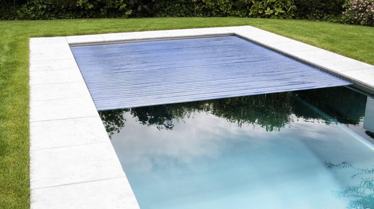 Modern inox buitenzwembad met zelfreinigende rolluiknis zwevende inox hoektrap led verlichting - Outdoor decoratie zwembad ...
