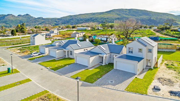 Each home will have a low-maintenance front and back lawn, ideal in the water-wise Western Cape! #honeydew #country #countryestate #lifestyle #living #estate #estateliving #paarl #southafrica #property #realty #realestate #development #newhomes #simplexes #duplexes #apartments #flats