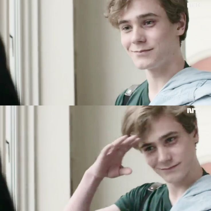 """Isak in the new clip❤️ I LOVE IT WHEN HE DOES THIS """"GOOD BYE THING"""" WITH HIS HAND  BABY  #skam#evak#tarjeisandvikmoe#isak#even#isakandeven#isakvaltersen"""