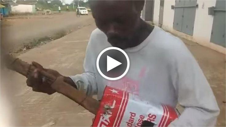 Si chiama Weesay, lo spirito libero della Liberia: è un giovane che vive a Monrovia e che ha la musica reggae nel sangue. Con una chitarra costruita con una scatoladi latta qualche filo di ferro come corde intorno a un bastone e con una cannuccia come plettro, Weesay canta per le strade della su