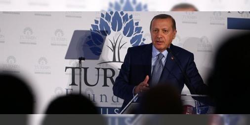"""""""ABD ile el ele verirsek mesele çözülür"""": Cumhurbaşkanı Erdoğan'ın 4 gün süren ABD ziyaretinin son durağı birgala yemeği oldu. Burada ABD'deki Türk toplumuna seslenen ve lobi faaliyetlerinin önemine dikkat çeken ErdoğanABD'yeFETÖ ve YPG -PYD eleştirisi yaptı. Erdoğan'ın Suriye'yle ilgili iddialı sözleri de """"ABD ve Türkiye ele ele verirlerse diğer koalisyongüçlerineihtiyaç duymadan meseleyi çözerler"""" oldu."""