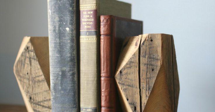 Como fazer suportes de livro rústicos de madeira. Um único pedaço de madeira recuperada, como uma viga, pode se tornar um suporte de livro geométrico ao mesmo tempo rústico e moderno. Madeira velha pode ser encontrada em lojas de materiais de construção, em serralherias e, quem sabe, até em ferros-velhos. Sua textura desgastada e imperfeições dão um ar rústico às peças finalizadas. **Alerta:** ...