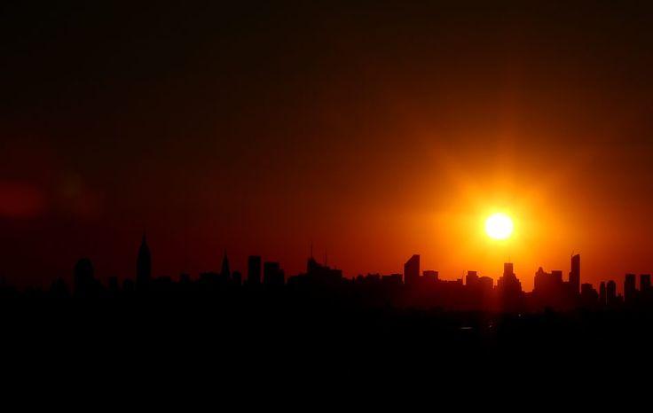 El sol se pone en el horizonte de Nueva York (Estados Unidos). (AFP/Al Bello/VANGUARDIA LIBERAL)