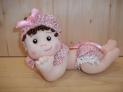 Liliana, morbida neonata lunga 23 cm. Fatta a mano su mio disegno. Adatta alla cameretta del bebè, per il Battesimo o come regalo.
