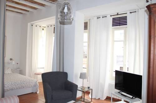 Apartamento Nave Valencia Apartamento Nave offers pet-friendly accommodation in Valencia, 700 metres from Barrio del Carmen and 2.2 km from City of Arts & Sciences. The apartment is 2.9 km from Oceanografic. Free WiFi is available throughout the property.
