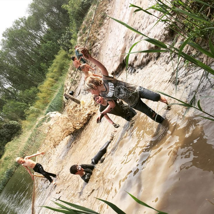 Glijden, glibberen en smeren in de modder! #modderglijbaan