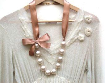 Carrie Bradshaw ha ispirato la collana lunga perle crema Vintage gigante In Mocha marrone nastro raso
