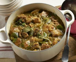 Preparación 1. CUECE la carne por una hora en una olla con agua y media cebolla en trozos. 2. LIMPIA las verdolagas y quítales los tallos. 3. RETIRA LA CARNE del fuego y escúrrela. Aparta el caldo. 4. AGREGA los tomates, chiles y dientes de ajo al caldo de la carne. Cuécelos por 20 minutos. 5. LICÚA los tomates, chiles y verduras cocidos hasta obtener la consistencia que desees.