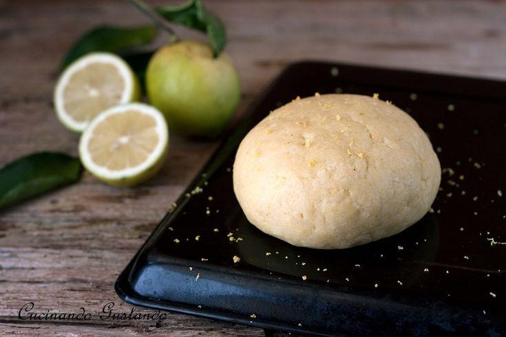 La Pasta frolla al limone è perfetta per realizzare dei profumati biscotti o come base per le vostre crostate alla frutta. Semplice e leggera.