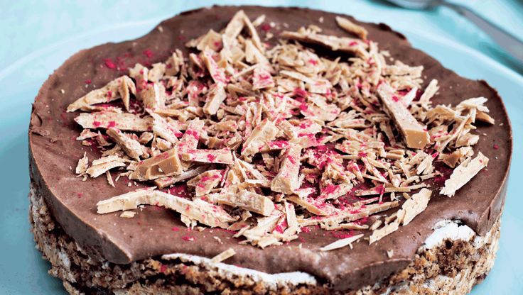 En skøn islagkage du kan pynte som du har lyst. Her er brugt frysetørret hindbærstøv og den blonde Dulcey-chokolade fra Valrhona, der smager lidt af karamel.