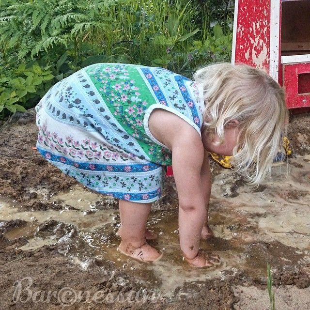 Barn, sand och vatten - en härlig kombination! #småttingar #kids #lek #play #fun