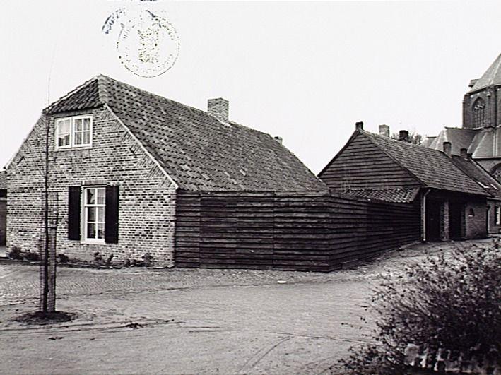 Woonhuis op de hoek van de Dirk van der Ameijdenstraat en Kerkstraat, met rechts de garage van Bakkerij Nuyens -  Wal, J. van de (fotograaf) - 1979