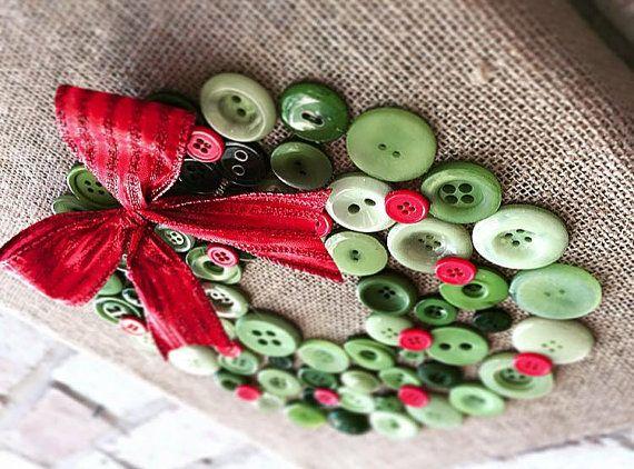 Navidad está a la vuelta de la esquina y  All! Iluminar tu hogar con este arte de botón personalizado hecho arpillera guirnalda.
