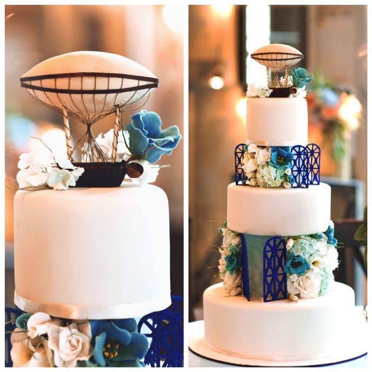 Меня зовут Анна, я кондитер из Петербурга. Один из моих последних тортов: Фантастический многоярусный торт для ретро свадьбы, украшенный старинным дирижаблем и букетиками сахарных цветов: роз, колокольчиков, лизиантусов и гортензий. Особенно сложным цветком оказалась гортензия: каждое соцветие состоит из 150-200 мельчайших цветочков (всего на торте 12 соцветий). Внутри самая вкусная летняя начинка - бисквит со свежей черникой.   Автор instagram.com/anna_krasovskaia