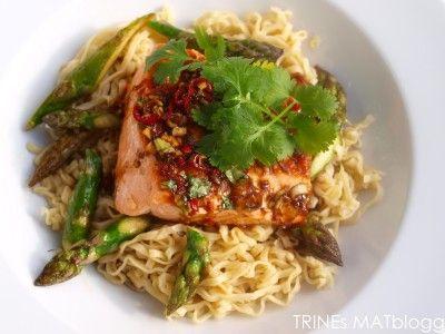 Laks med spicy soyasaus, asparges og eggnudler | TRINEs MATblogg
