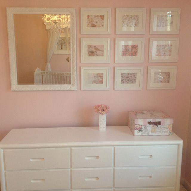 baby girl's nursery idea para acomodar cuadros arriba del cambiador