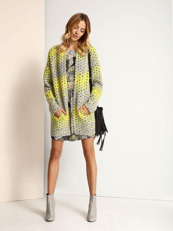 """Kardigan damski Top Secret z kolekcji jesień-zima 2016. <br><br>Modny, długi, oversizowy kardigan. Świetnie komponuje się z krótką sukienką lub spodniami rurkami. Sweter bez zapięcia, posiada kieszenie. Dostępny w kolorze jasnoszarym z żółtymi pasami (SSK0029CA).<br><br><span style=\""""front-style:italic\""""> Modelka ma 179 cm wzrostu i prezentuje rozmiar 34."""