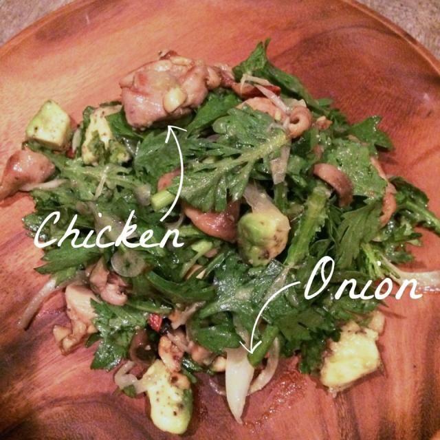 春菊とアボカドのサラダをおかずにアレンジしてみました。  クレイジーソルトで味付けしたチキンをオリーブオイルで焼く(あればマッシュルームも)。そこに砕いたナッツを加えローストしたらバルサミコ酢をいれる。 新玉ねぎを加えた春菊とアボカドのサラダに熱々の鳥肉たちをあえる。  最後にお好みで塩コショウで味整えて出来上がり。 - 33件のもぐもぐ - アボカドと春菊のおかずサラダ by shimancyu