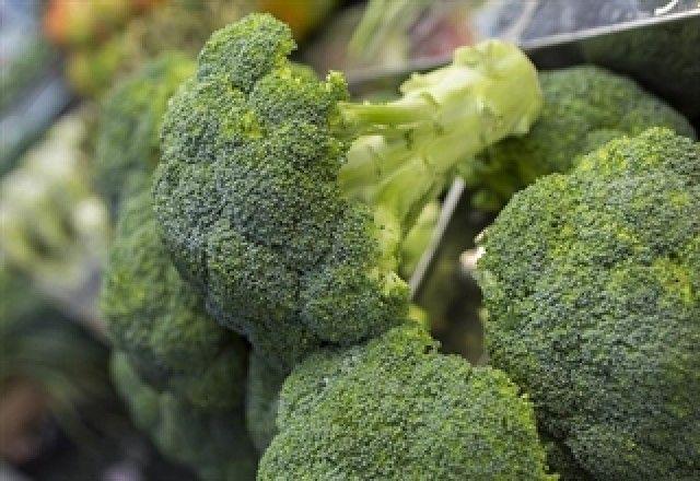 El brócoli, una bomba de vitamina K, que ayuda a fortalecer los huesos y a mejorar la visión y la memoria