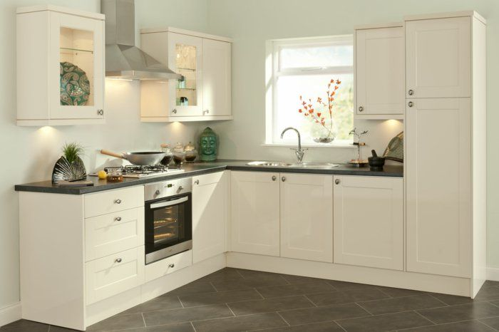 cuisines blanches avec carrelage gris et une petite fenetre
