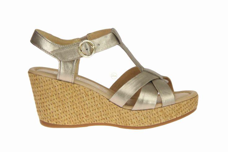 Goudkleurige sandalen op sleehak voor mensen met brede voeten (G-leest) van Gabor. #Gabor #Zomer2014 #Damesschoenen #SchoenenCaramel