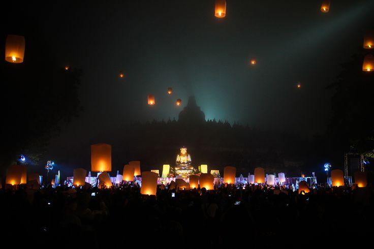 Keindahan Lampion Waisak dengan latar Candi Borobudur, sebagai prosesi penutup Waisak 2014