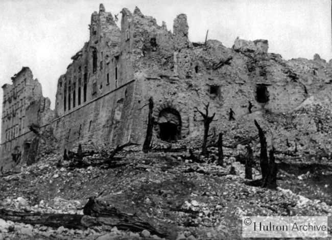 La batalla de Montecassino, a comienzo de de 1944, fue desgarradora. Esta abadía fue construida en el año 529 y durante la guerra se utilizaba como almacén para el arte. Los alemanes dijeron que los aliados no ocuparían la abadía pero los aliados bombardearon todos modos. La batalla se prolongó 5 meses. Los aliados perdieron 50.000 hombres, los alemanes 20.000. El arte fue destruido. Los alemanes se retiraron y los aliados tomaron Roma, pero el décimo ejército alemán escapó. Más