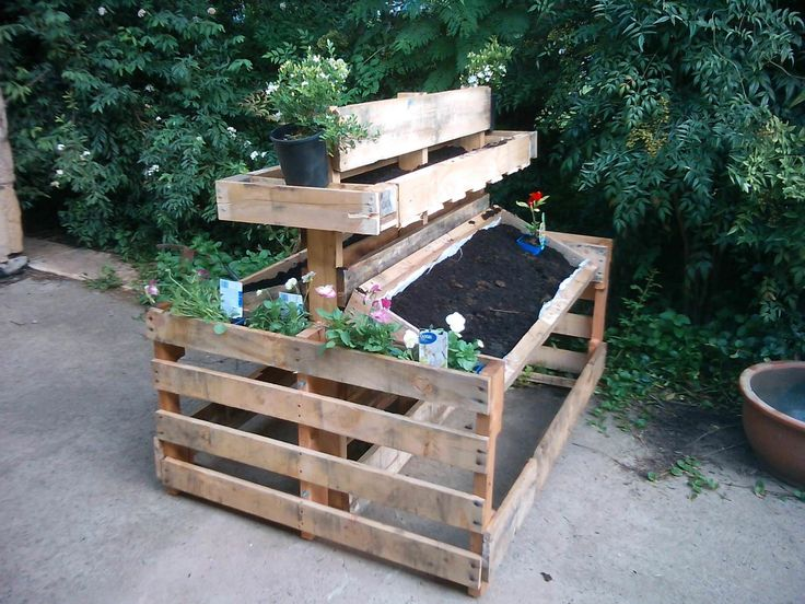 #Garden, #Planter, #RepurposedPallet A functional and miniature pallet planter for those of you who do not have much space!