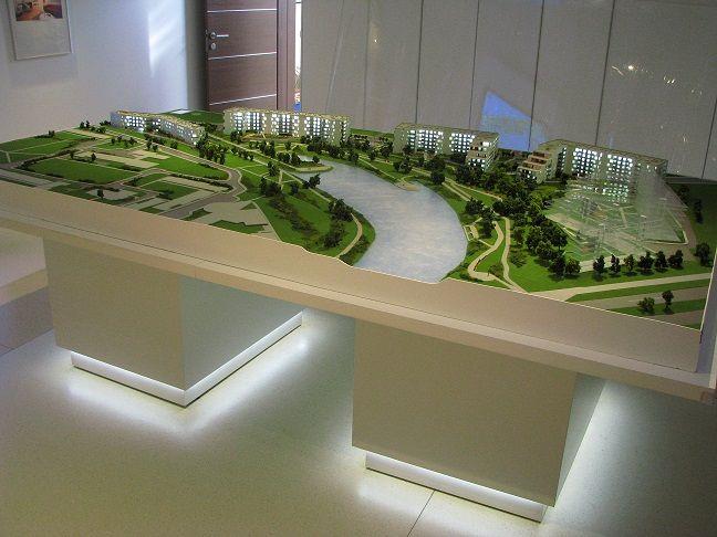 Makieta architektoniczna osiedla w otoczeniu lasu i jeziora