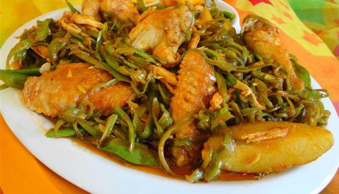 Surinaams eten – Kip Kluifjes Sranang (kipkluifjes met snijbonen, tomaat, aardapel en Trassie Trafasie)