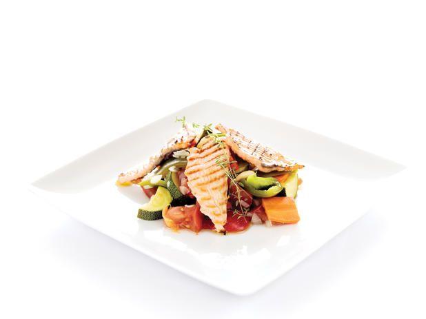 Salada de filetes de salmao grelhado com verduras
