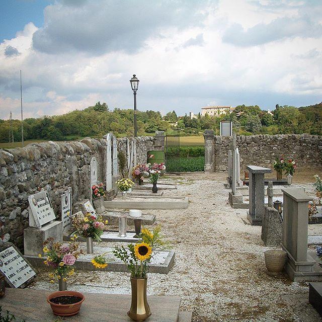 Cimitero molto vecchio, lapidi in cattivo stato di conservazione ma qualcuno si ricorda di posarci dei fiori 🌺 #vecchiocimitero #rivedarcano #cimitero